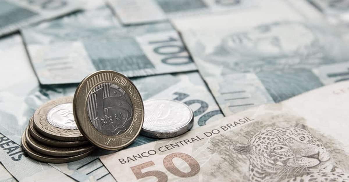 Foto de notas e moeda de real simbolizando o quantitative easing